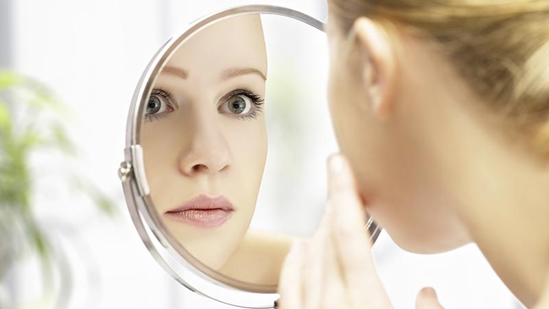 Rapporto donna con lo specchio